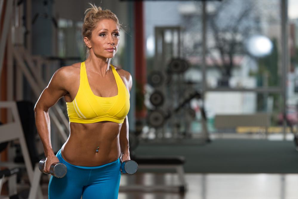 allenamento con pesi bodybuilding femminile over 50 donna